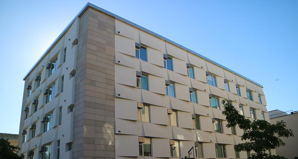 부시윅 지역에 뉴욕시 최초로 들어선 에너지 제로 주택(Passive House)이자 저렴주택. 해가 뜨고지는 방향을 고려해 창문 외벽을 설계했다. 뉴욕=조혜경 기자