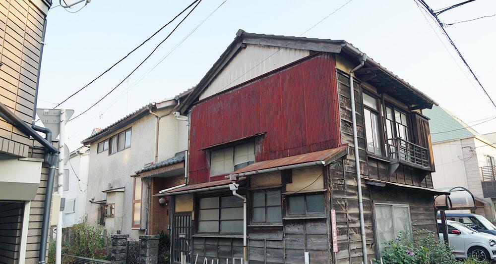 도쿄 주택가에서 어렵지 않게 볼 수 있는 방치상태의 목조주택.