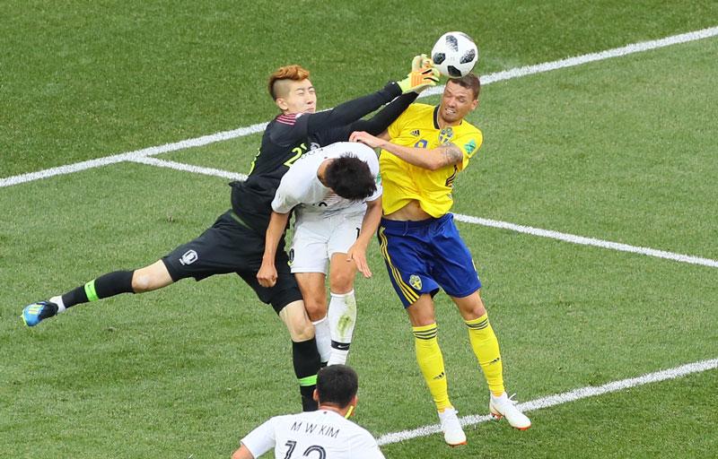 골키퍼 조현우 선수가 18일 스웨덴 전에서 마르쿠스 베리와 공을 다투고 있다.