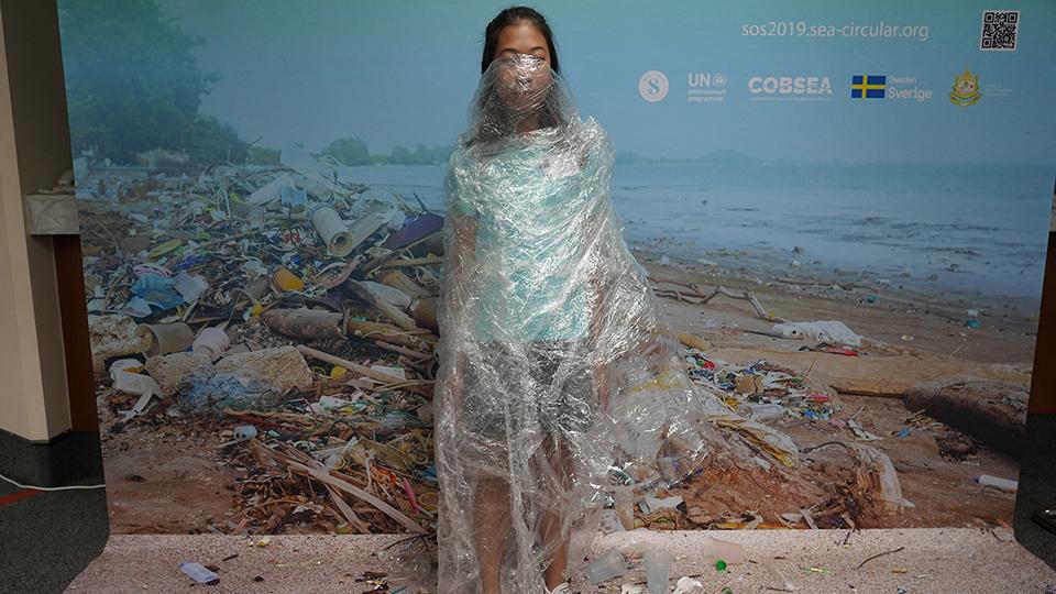 '매일 전화 20통…태국 12세 소녀의 플라스틱 전쟁' 기사 사진